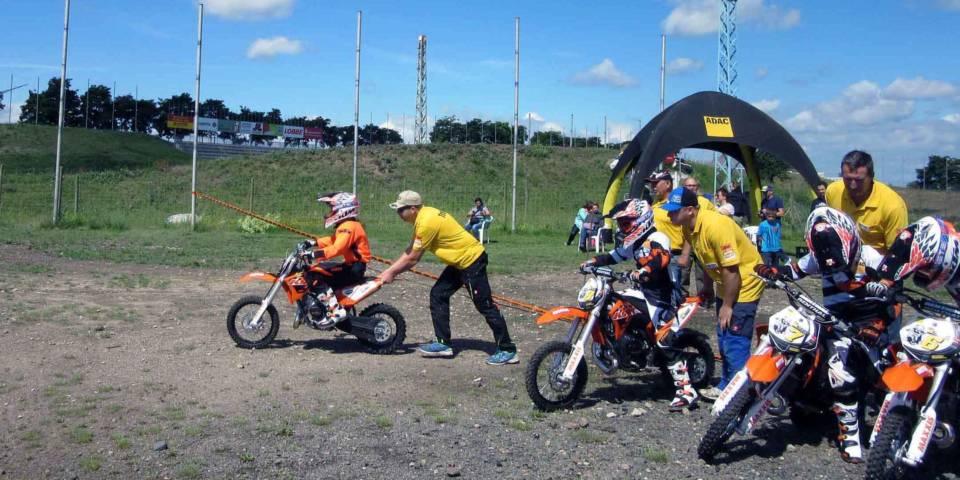 Unter Anleitung unserer Trainer fahren die Motocross-Neulinge ihre ersten Meter auf einem Mx-Bike bei einem unserer Motocross Schnupperkurse.