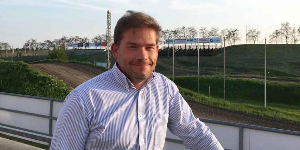 Karsten Schneider vor dem TALKESSEL, dem Versuchsfeld für seine elektronische Lichtsignale