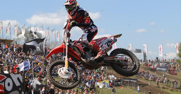 Auch der slowenische Motocross-Star Tim Geiser könnte im Talkessel ich starten, wenn nicht Track Marshalls die Strecke sichern würden.