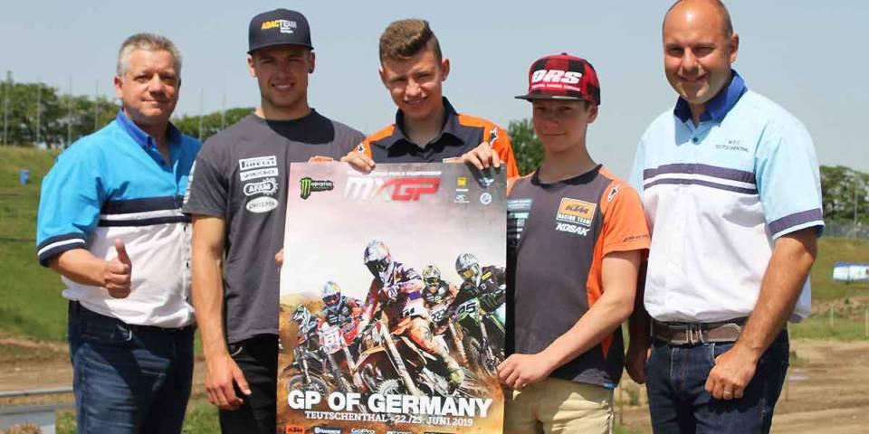 Fahrer und Klubvertreter mit Plakat zur Motocross-Weltmeisterschaft 2019